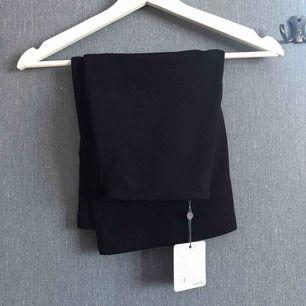 Svart kjol med sydda veck. Aldrig använd! Frakt ingår