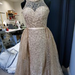 Guld glittrig klänning