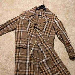 Så snygg burberry inspirerad kappa med limegrön lining inuti! Oanvänd och i totalt nyskick  Nypris 849:-