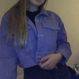 Riktigt fin lila jeansjacka från monki. Endast testat ett par gånger men jackan är i helt nytt skick! Nypris 400 kronor (: priset kan diskuteras