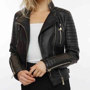 Chiquelle Moto Jacket Black. Säljes pga för liten för mig. Använd ett fåtal gånger. Ett mindre hål i nacken, men annars som ny. 😁 Nypris 699kr, mitt pris 400kr + frakt 50kr.