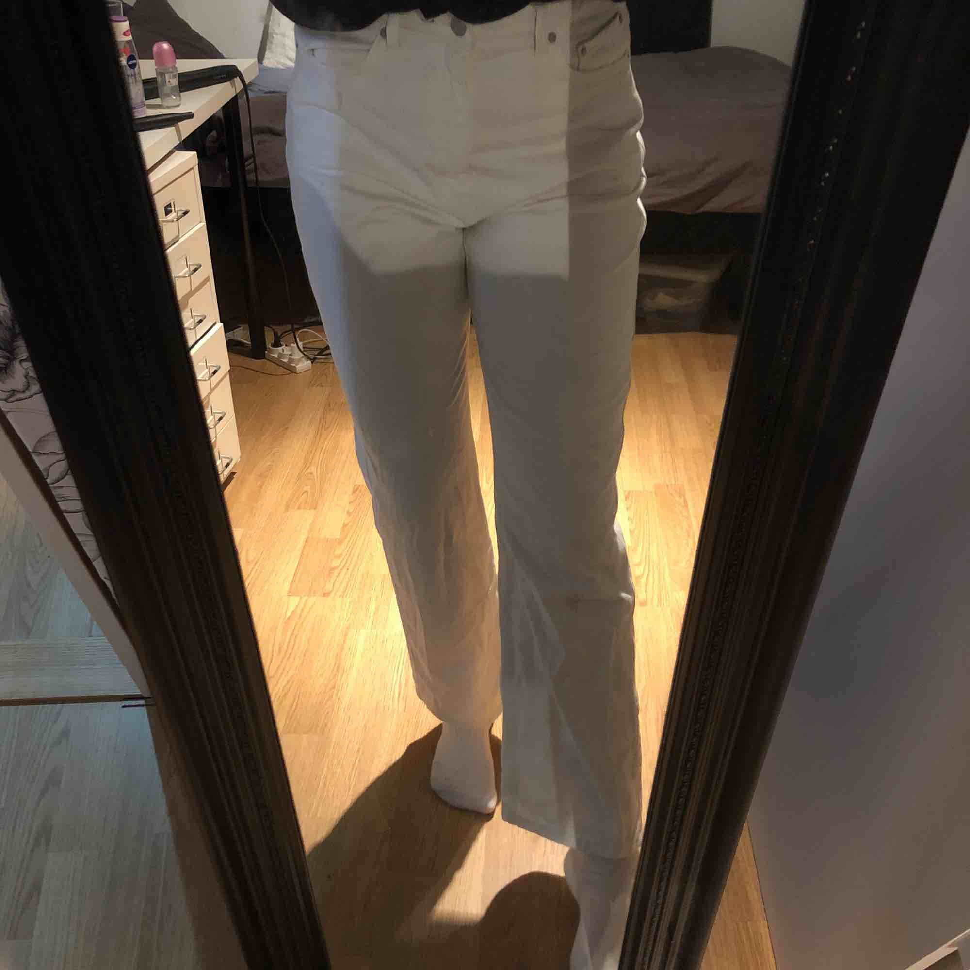 33/32  Skitfina raka jeans från Weekday hyfsat använda  lite korta på mig som e 177cm. Jeans & Byxor.
