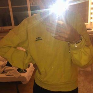 En fin gul tröja från Monki i storlek S. Den är mjuk inuti och har lite större armar, vilket är väldigt fint. 😊 50 kr + frakt 💓