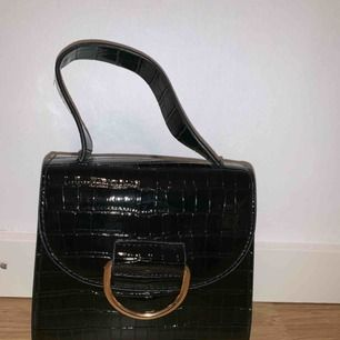 Liten svart Väska som ej kommit till användning, säljer billigt för vill bli av med den fort😃