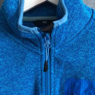 Blå mellanlager tröja, använd men i fint skick.