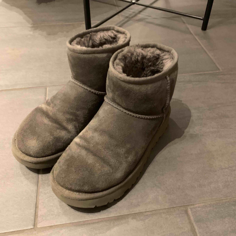 Säljer mina gråa uggs som är inköpta tidigare iår på zalando! Använda januari och februari och lite i mars men super fint skick!. Skor.