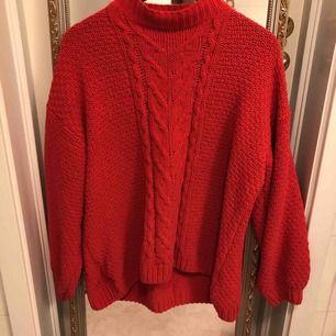 Röd stickad tröja, väldigt mjuk. Fint skick