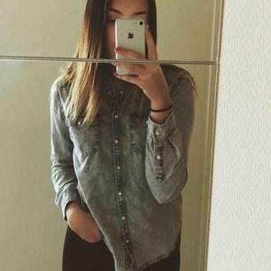 En PULL&BEAR jeansskjorta i storlek M. Säljes pga använder aldrig. Endast använd ett fåtal gånger, nästintill som ny. 100kr + frakt 50kr.