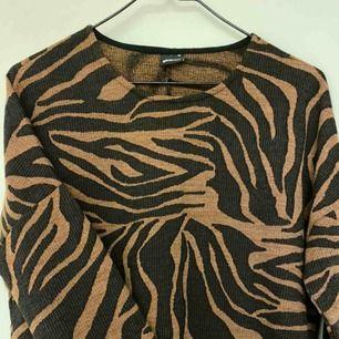 En tröja med snyggt mönster. Säljes pga fel storlek. Använd ett fåtal gånger, är som ny. Pris 50kr + frakt 50kr.