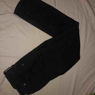"""Inköpta på Gina Tricot för 500 kr under sommaren men säljer de nu pga att jag har många likadana jeans. De sitter jättebra och har lite """"mom fit"""", tjockt material och jättesköna! Köparen står för frakt"""