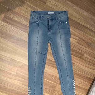 Jättefina jeans med snörning längst ner Sparsamt använda och i fint skick