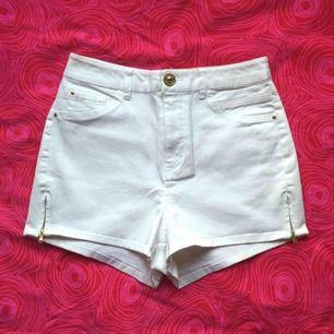 🌸 Vita högmidjade shorts med gulddetaljer 🌸 Endast bakfickorna är äkta. Storlek: S/36. Frakt är inkluderat i priset! Skriv gärna om du har några frågor! 💕