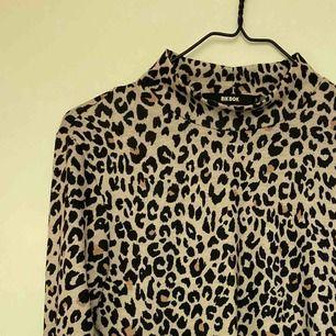 Snygg tröja med leopard tryck från BikBok. Säljes pga använder aldrig. Pris 50kr + frakt 50kr.