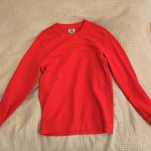 Röd sweatshirt från Crocker Jeans. Använd 2 ggr så i toppskick.