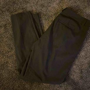 Ett par svarta kostymbyxor från VeroModa. Säljes pga för stora för mig. Är som nya. Nypris 400kr, mitt pris 150kr + frakt 50kr.