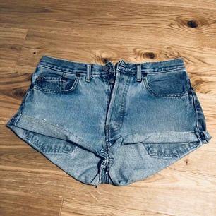 Levis jeansshorts i modellen 501. Fruktansvärt snygga men tyvärr för stora. Passar S, M, 34, 36 & 38. Jättebra skick!