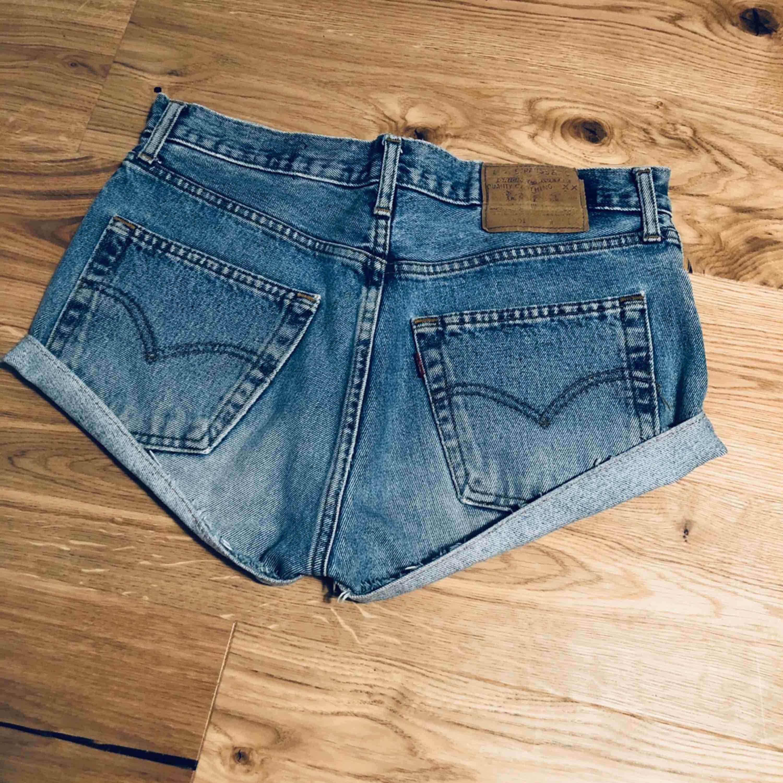 Levis jeansshorts i modellen 501. Fruktansvärt snygga men tyvärr för stora. Passar S, M, 34, 36 & 38. Jättebra skick! . Jeans & Byxor.