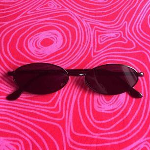 🌤 Svarta ovala solglasögon 🌤 Frakt är inkluderat i priset! Skriv gärna om du har några frågor! 💕