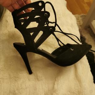 Oanvända skor från nelly Öppna vid hälen och snörning där framme