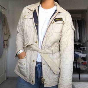 Beige vit quiltad jacka från Barbour. Köpt för 2000kr på Johnells för 1 år sedan och använd en säsong. Säljs för 500 + frakt✨