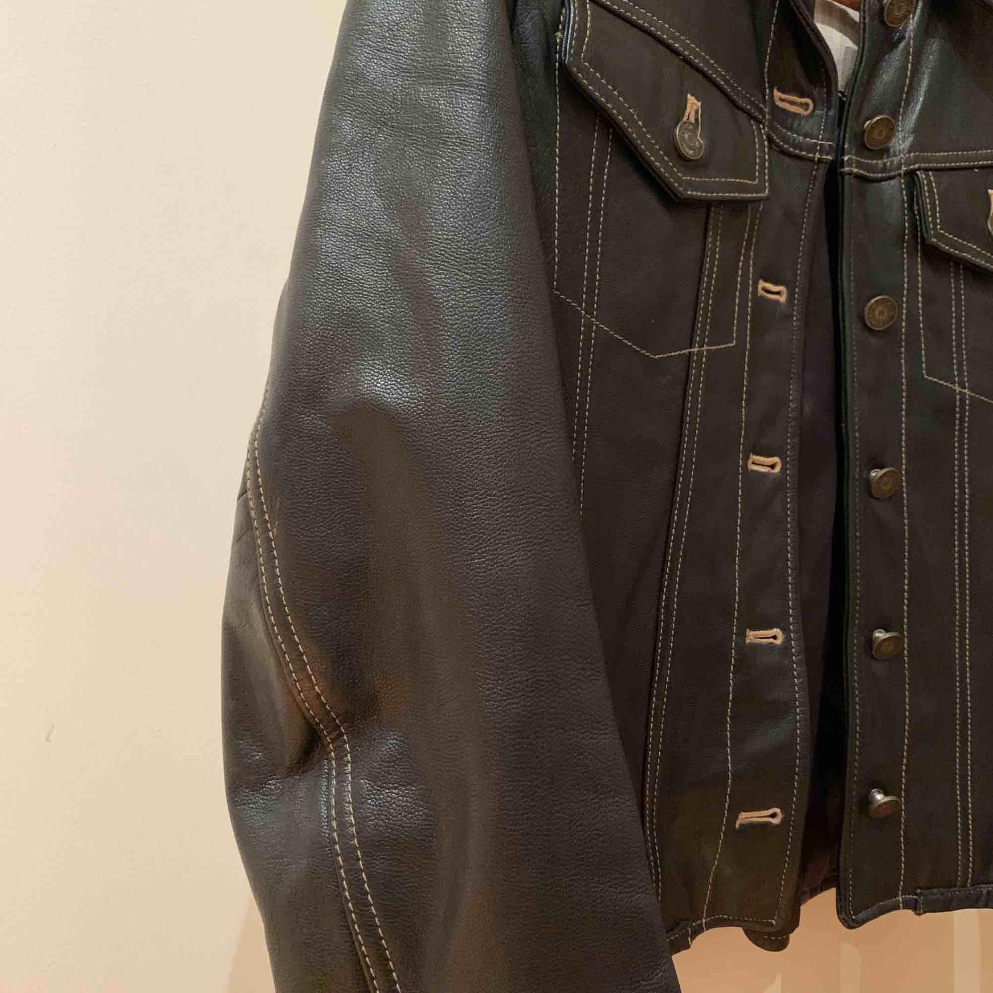 Snygg jacka som köptes här på Plick, säljer för att den tyvärr är för liten för mig 🌸 skriv privat för fler bilder . Jackor.