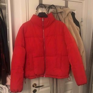 Röd jacka utan luva, använd ett fåtal par gånger men den är som ny!🥰 Sitter bra i storleken och man håller sig varm om vintern!
