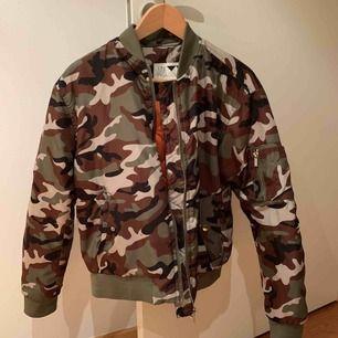 Snygg bomberjacka med camouflage 😎mönster säljer pga den inte är min stil längre