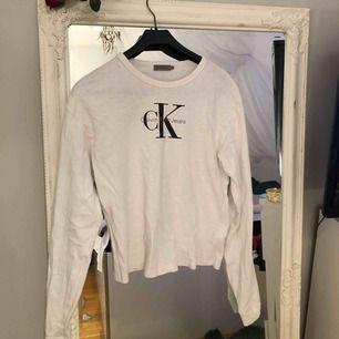 Longsleeve från Calvin Klein. Använd ca 5 ggr och köpt på johnells för ca 900kr
