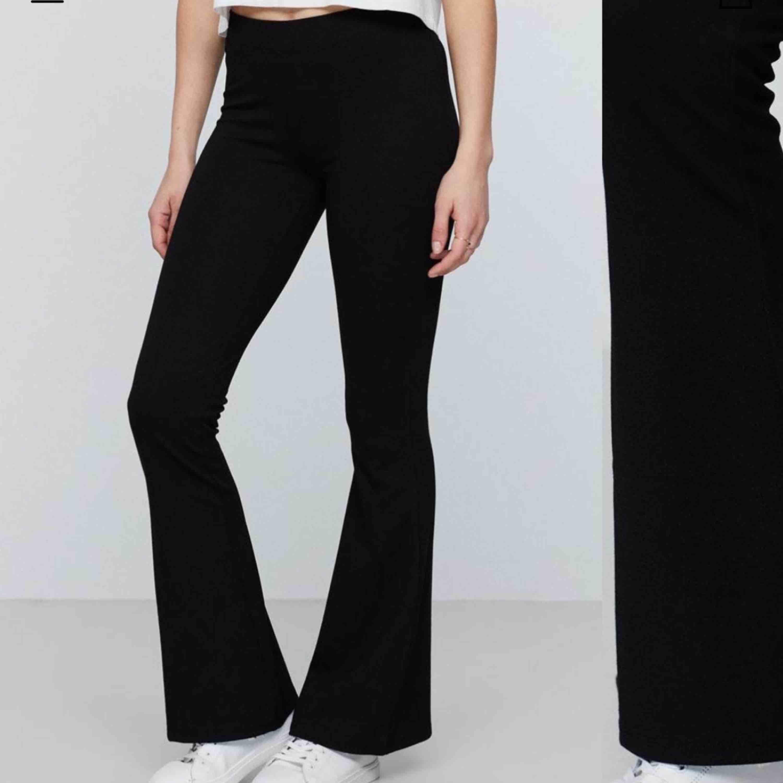 Säljer de populära utsvängda byxorna ifrån Gina tricot i storlek S men de passar även xs också. De är nästintill aldrig använda och är i nyskick. Säljer pga fel längd.. Jeans & Byxor.