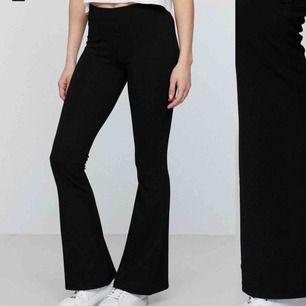 Säljer de populära utsvängda byxorna ifrån Gina tricot i storlek S men de passar även xs också. De är nästintill aldrig använda och är i nyskick. Säljer pga fel längd.