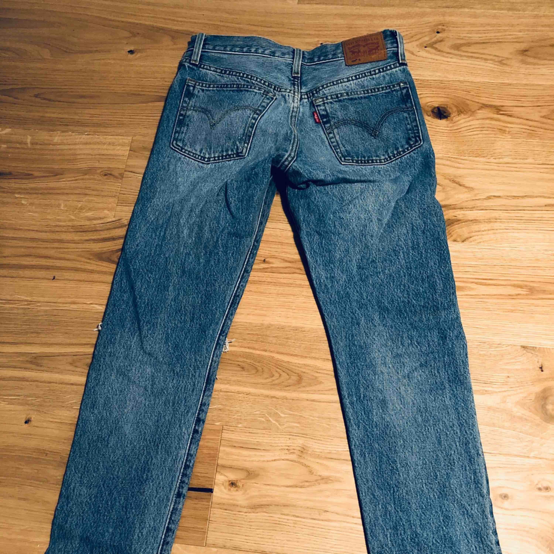 Levis jeans i modellen 501. Fruktansvärt bra skick! Passar 25-26. Kanske 27. 34-36.  Tyvärr för stora för mig med storlek 23. . Jeans & Byxor.