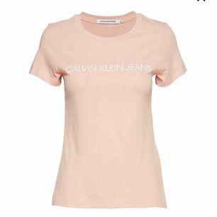 Säljer en äkta calvin Klein t-shirt köpt från Åhléns city i Stocholm för 499kr. Den är nästintill oanvänd och är i nyskick. Priset går att diskutera vid snabb affär. Den är i storlek S passar även xs