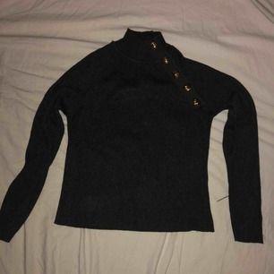 Jättefin tröja från Zara med gulddetaljer, dock lite liten i ärmarna för mig, annars jättebra passform. Kan mötas upp i Uppsala annars står köparen för frakt❤️