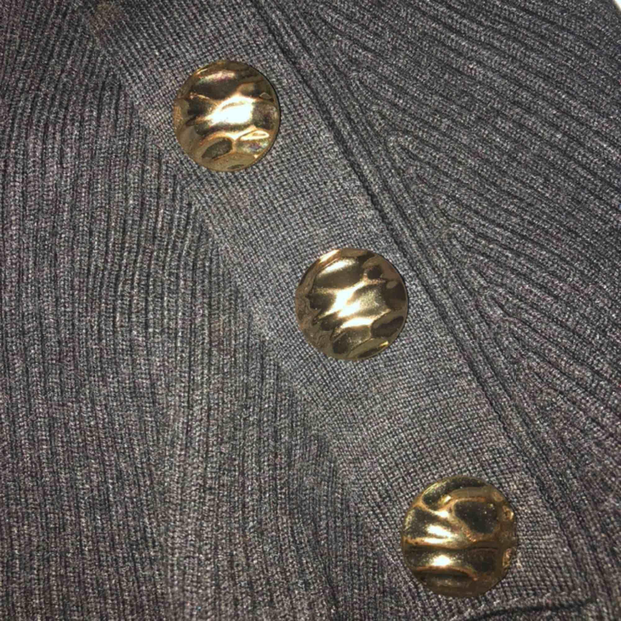 Jättefin tröja från Zara med gulddetaljer, dock lite liten i ärmarna för mig, annars jättebra passform. Kan mötas upp i Uppsala annars står köparen för frakt❤️. Tröjor & Koftor.