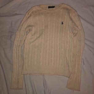 Säljer min trogna Polo Ralph Lauren tröja! Jättefin färg men tyvärr har passformen släppt och blivit ganska lös. En liten fläck mitt på tröjan men som knappt syns. Kan mötas upp i Uppsala annars står köparen för frakt!❤️