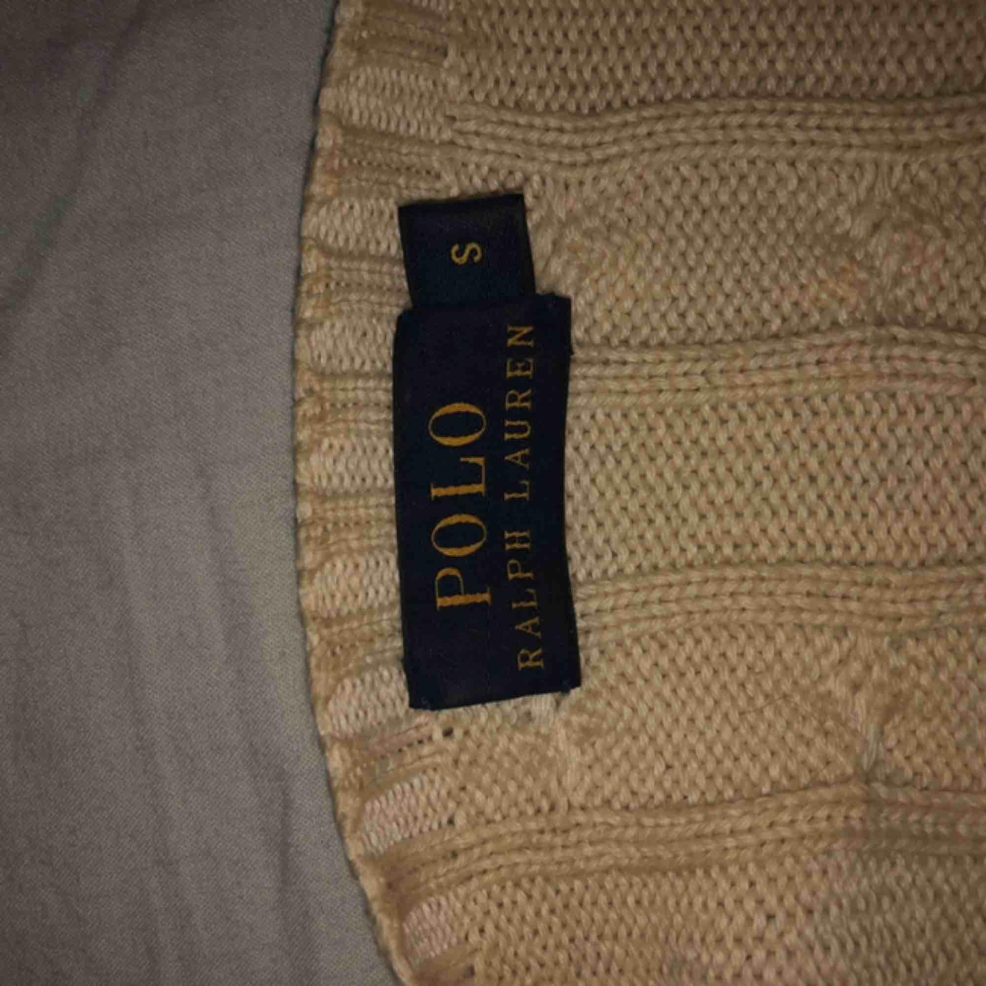 Säljer min trogna Polo Ralph Lauren tröja! Jättefin färg men tyvärr har passformen släppt och blivit ganska lös. En liten fläck mitt på tröjan men som knappt syns. Kan mötas upp i Uppsala annars står köparen för frakt!❤️. Stickat.