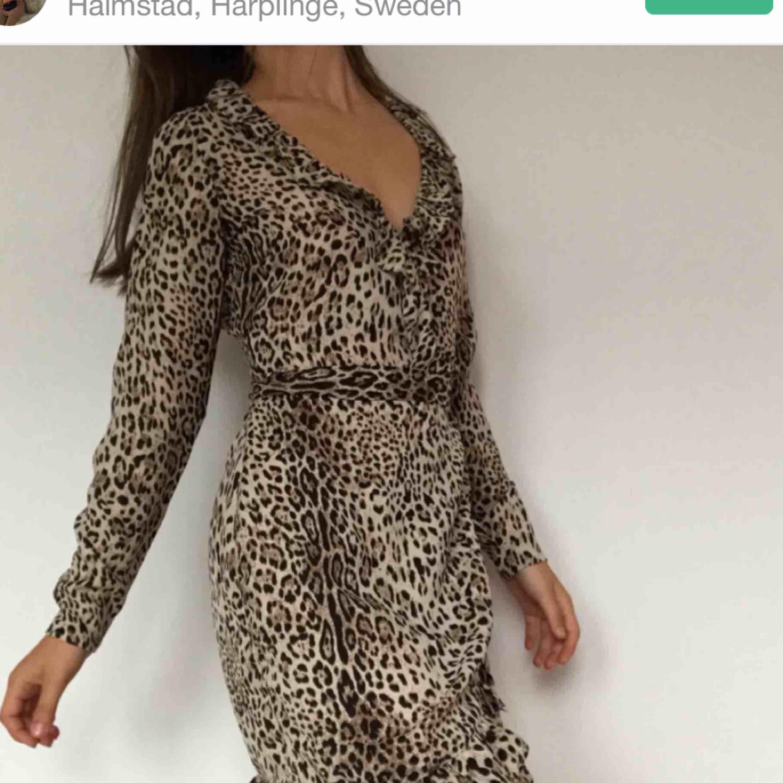 Snygg leopardmönstrad klänning. Passar även xs och möjligtvis en liten m. Kika gärna på mina andra annonser! LÄGGER UPP ÅT EN VÄN. Klänningar.