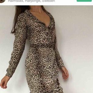 Snygg leopardmönstrad klänning. Passar även xs och möjligtvis en liten m. Kika gärna på mina andra annonser! LÄGGER UPP ÅT EN VÄN