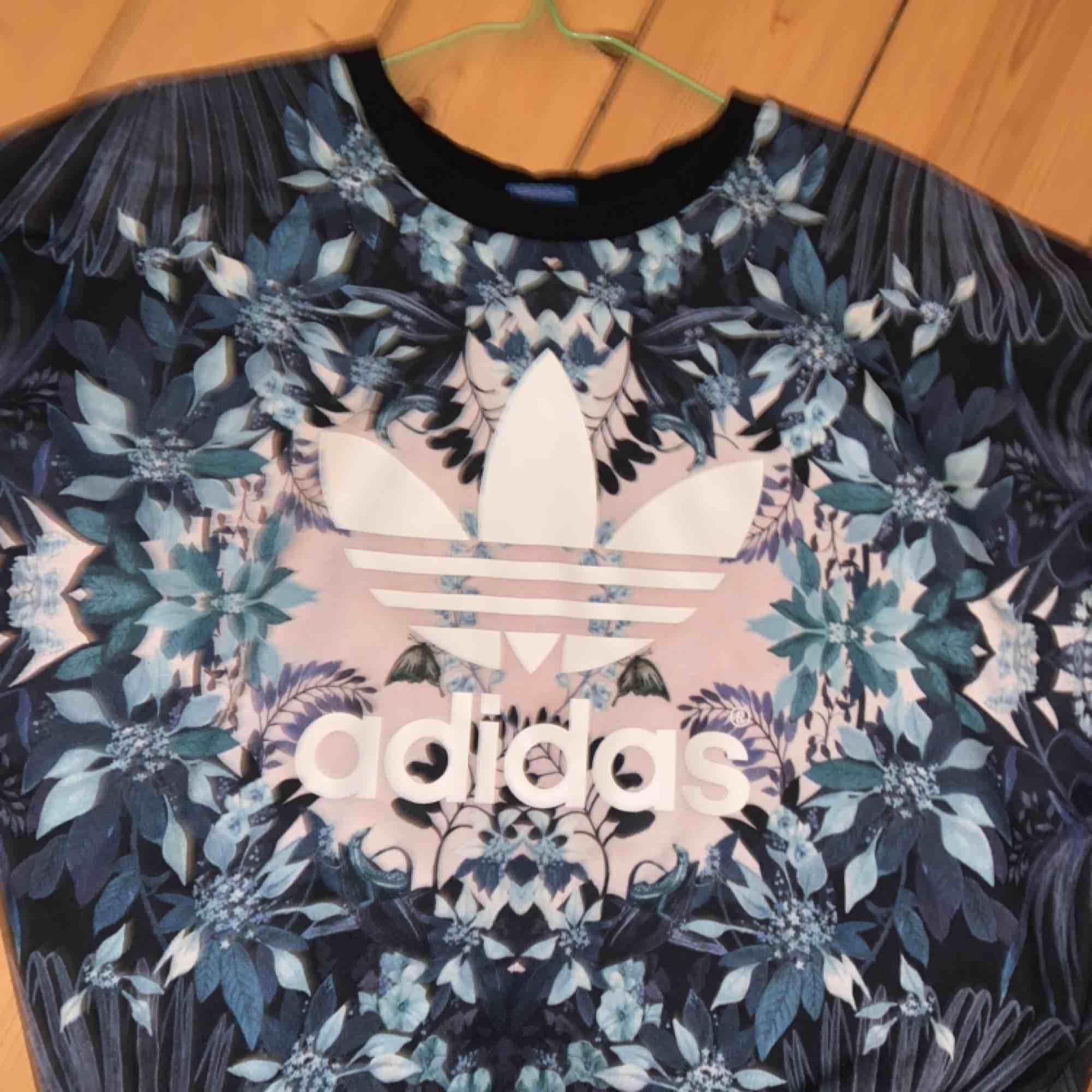 Tröja från Adidas i storlek S! Supersnygg! Använd några få gånger. Priser är exklusive frakt! (Köparen står för frakten.) Jag kan mötas upp på röda linjen i Stockholm. . Tröjor & Koftor.