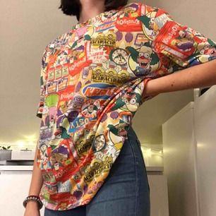 En färgglad oversized tröja med the Simpsons på som är köpt i usa. Använd ett par fåtalgånger så därför fortfarande i bra skick🌎FRAKT tillkommer på 20 kr:)