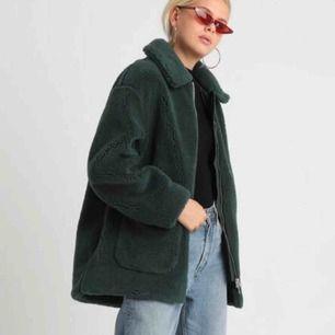 Säljer min grön fluffig WEEKDAY kappa. Använd en gång så som gott som oanvänd. Extremt mysig och varm på vintern. Jackan funkar bra med tjocktröjor under. Skicka privat för fler bilder och om du undra något. Kunden står för eventuell frakt!