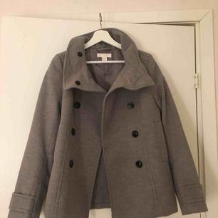 Helt oanvänd kappa från H&M. Mycket fint skick och passar perfekt nu till hösten! Betalning sker endast via swish och köparen står för frakt. 😊