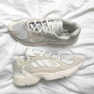 """Adidas Yung 1 i """"Claude white"""". Säljas pga platsbrist! 💔 endast använda två veckor i somras så cond 8/10.   Strl 39 1/3 (normala i storleken)    OBS! KÖPREN STÅR FÖR FRAKT :)"""