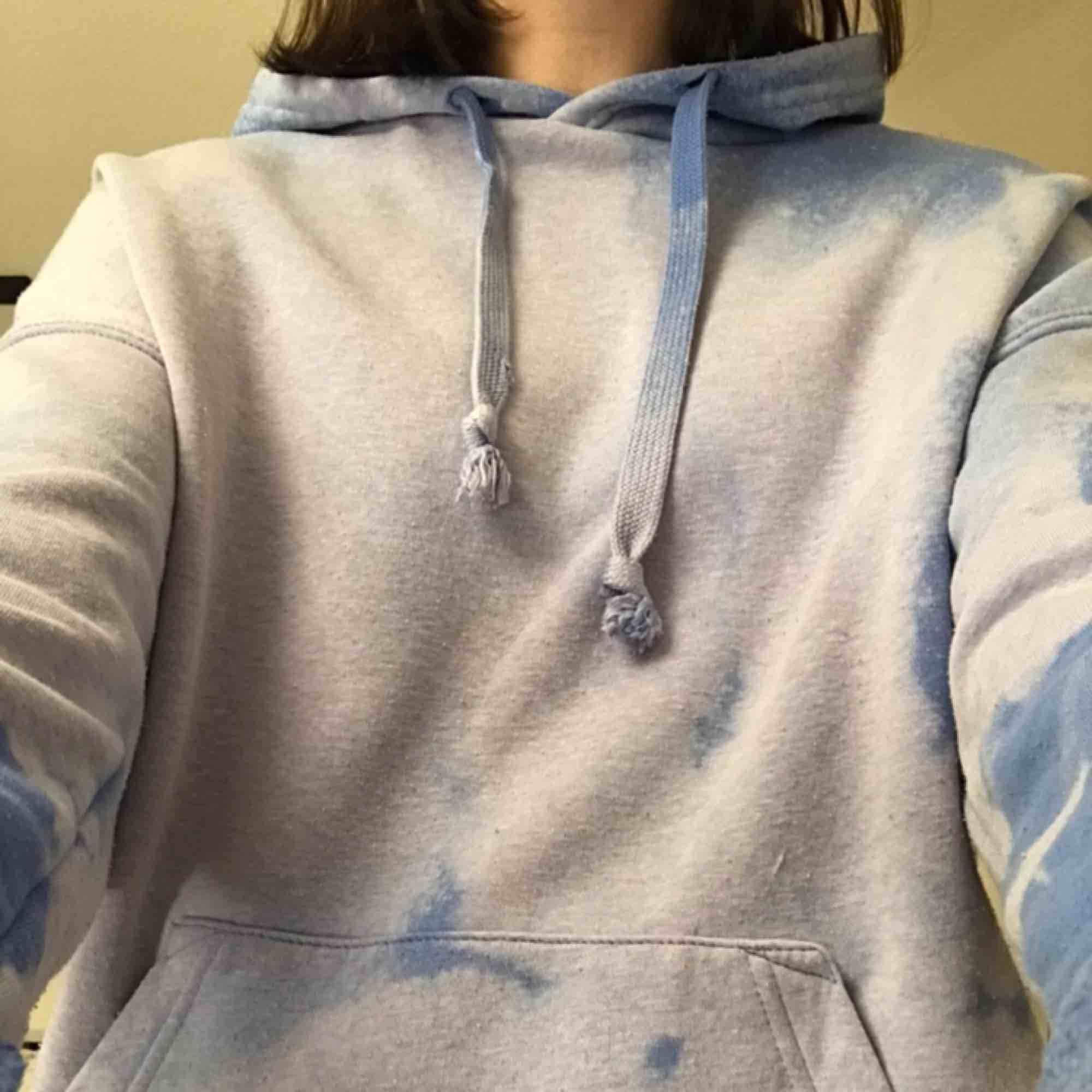 En blå tröja jag blekt själv, använd några få gånger så därför fortfarande i bra skick:)🌎frakt tillkommer på 50 kr:). Tröjor & Koftor.
