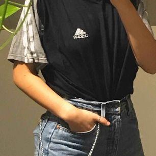 Suuper snygg Adidas tröja köpt secondhand från humana. Svart i mitten och gråa ärmar med adidas klassiska tre vita sträck. Storlek M men fungerar superbra nerstoppad eller som oversized på XS/S. Frakt tillkommer :)