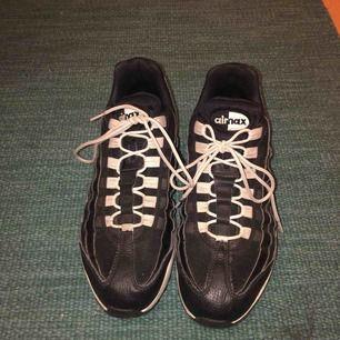 Air Max 95 svart o vita. Använda fåtal ggr pga för stora , gott skick super sköna sneakers