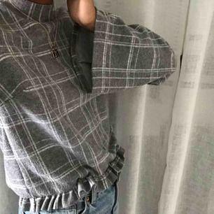 En grå rutig tröja som är väldigt festlig och rätt så varm! Oanvänd och i bra sick! Pris: 100kr