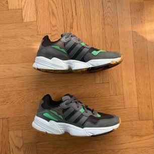 Adidas Originals Yung 96 41 1/3  Supersköna Adidas skor. Använt ca 3 dagar!  Ord. pris 999kr