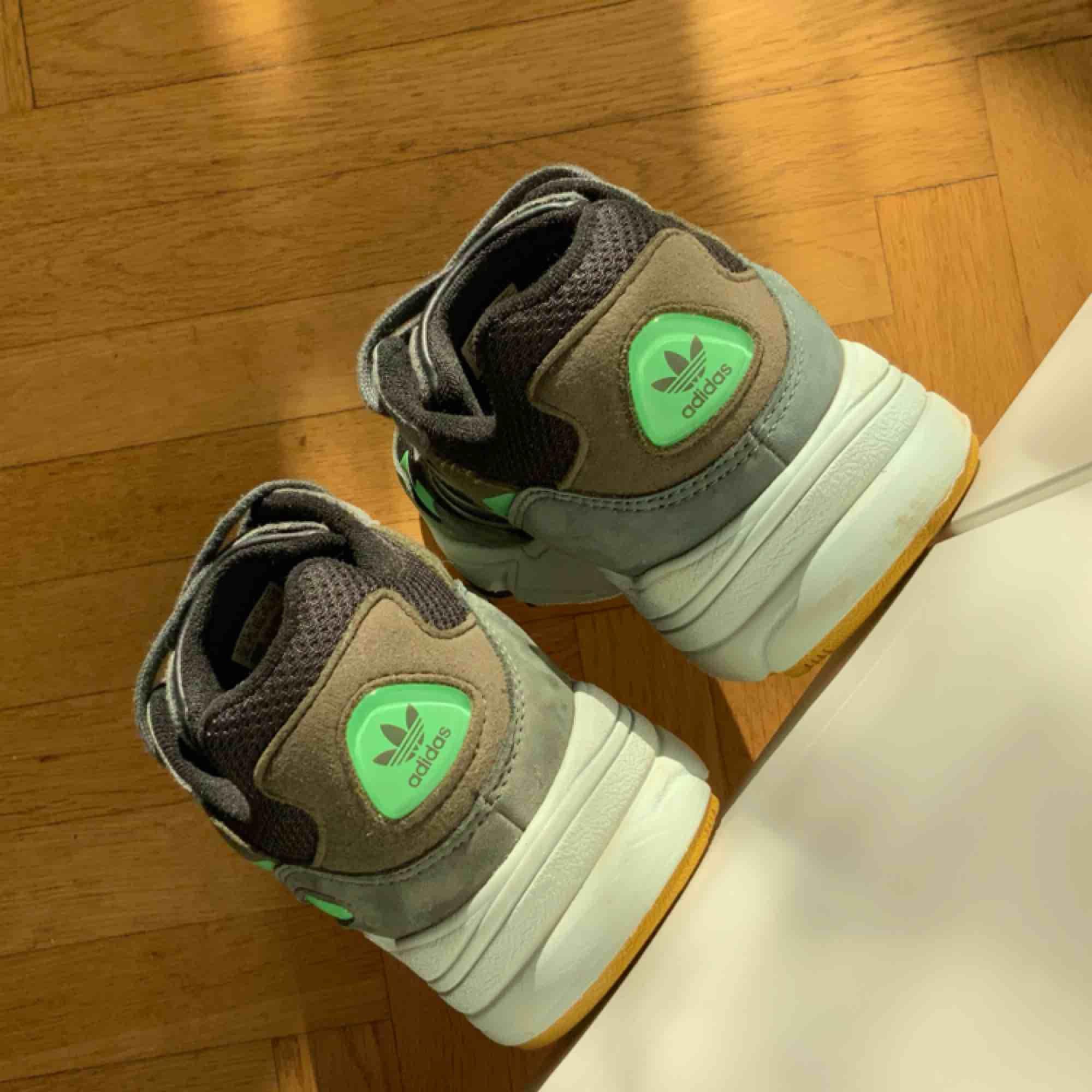 Adidas Originals Yung 96 41 1/3  Supersköna Adidas skor. Använt ca 3 dagar!  Ord. pris 999kr. Skor.