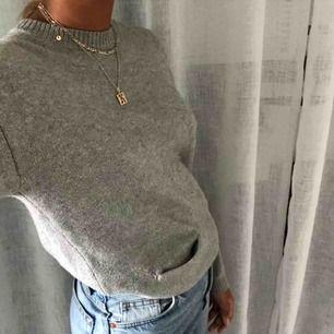 Grå basic stickad grå tröja varm inför vintern!